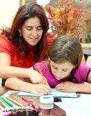10453272-la-madre-de-america-ayudando-a-su-hija-con-la-tarea
